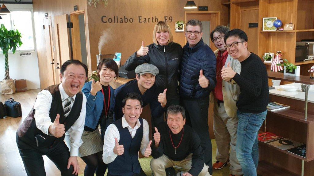 Ulrike und Andreas Dolle posieren mit dem Team von Collabo Earth e9 und, typisch japanisch, anderen Anwesenden