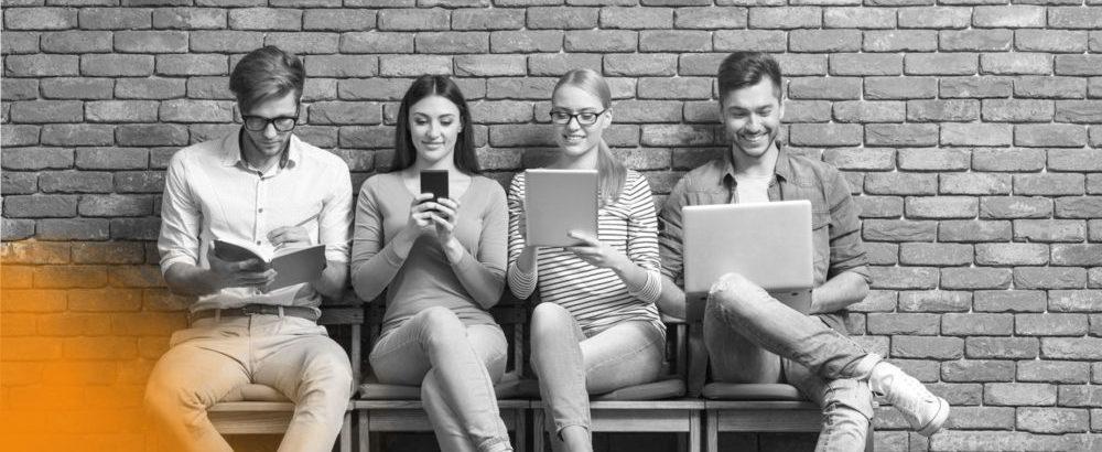 Junge Menshen lernen mit Buch, Laptop, Tablet und Smartphone